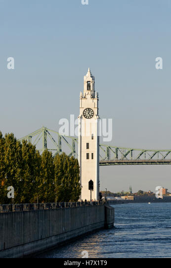 The Clock Tower located ion Quai de Horloge with with the Jacques Cartier Bridge in back, Old Port of Montreal, - Stock-Bilder