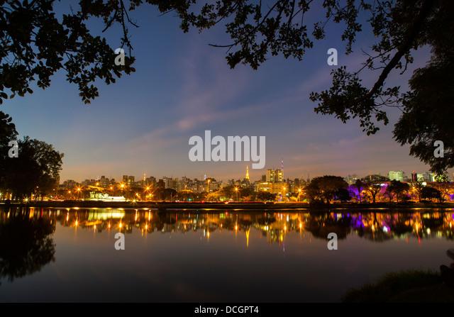 Ibirapuera Park ( Parque Ibirapuera) major urban park, Sao Paulo skyline cityscape at night, Brazil. - Stock Image