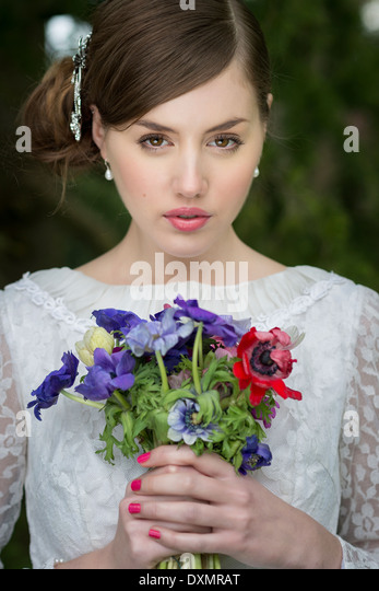 Young bride with wild flowers bouquet - Stock-Bilder
