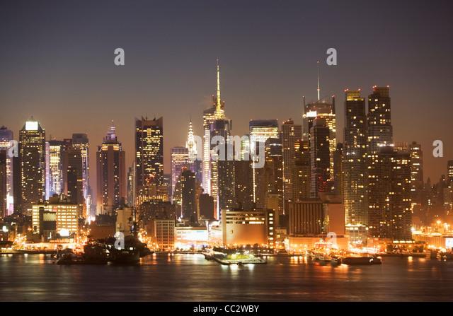 USA, New York City, Manhattan skyline at dusk - Stock Image