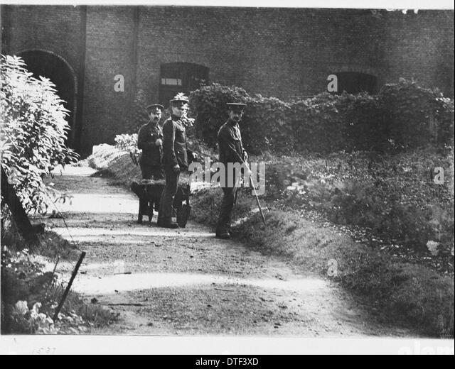 Soldiers in grounds, 1917 at the Natural History Museum, London - Stock Image
