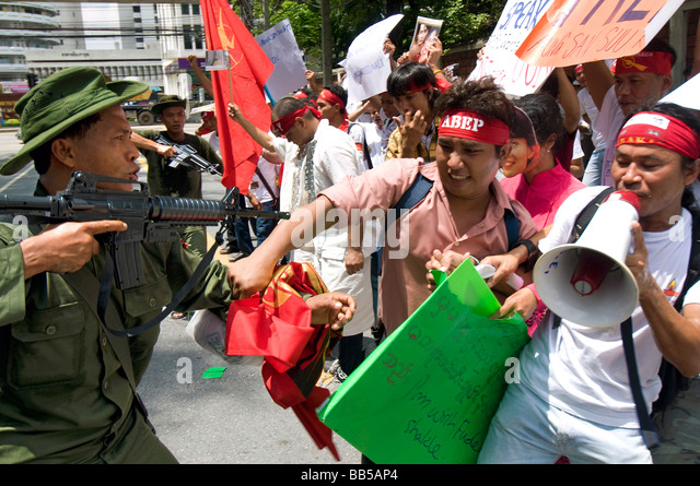 Pro democracy protestors clash with other protestors dressed as Burmese soldiers in front of the Burmese Embassy - Stock-Bilder