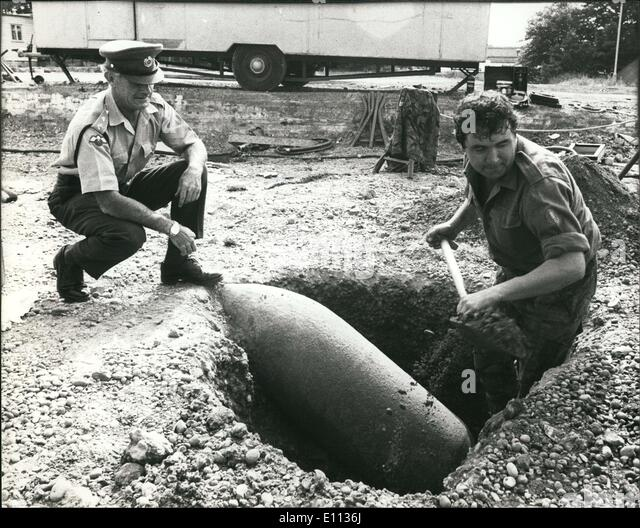 Jul. 07, 1975 - Wartime bomb discovered in Bexleyheath today as Army bomb disposal experts worked to defuse a 1100 - Stock Image
