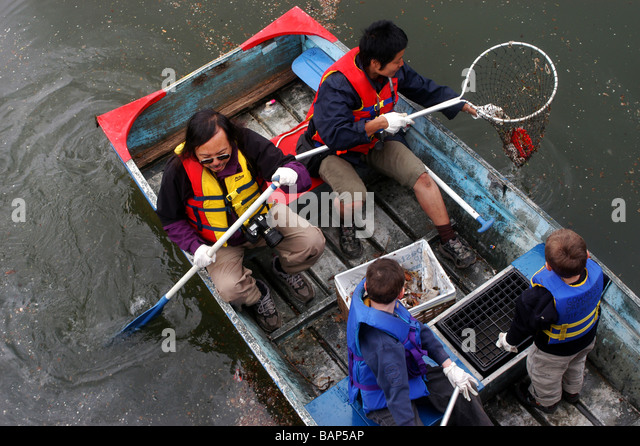 Volunteers clean up the Gowanus Canal on Earth Day - Stock Image