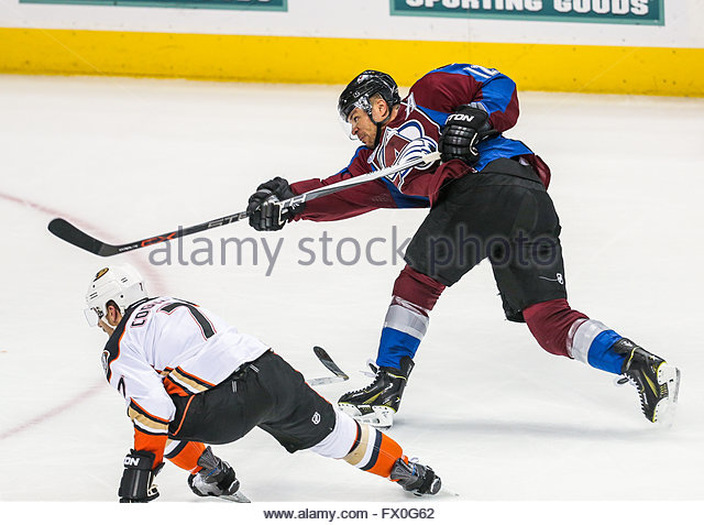 April 09, 2016: Colorado Avalanche right wing Jarome Iginla (12) takes a shot at the goal during the third period - Stock-Bilder