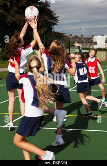 Teenage schoolgirl netball team in practice - Stock Image