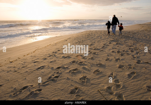 A family walking on the beach - Stock-Bilder