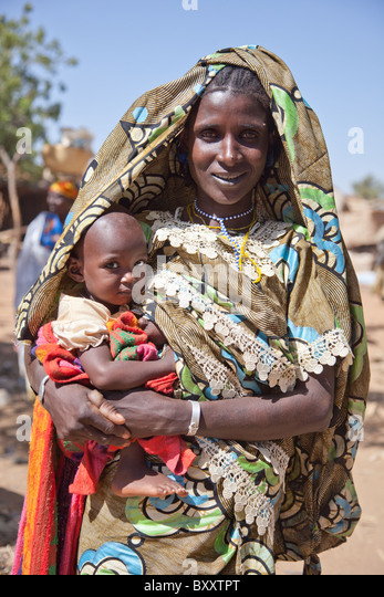 Fulani woman and child at the village market of Bourro in northern Burkina Faso. - Stock Image
