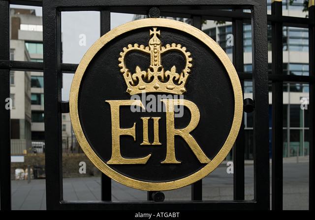 Queen elizabeth ii symbol on gate - Stock-Bilder
