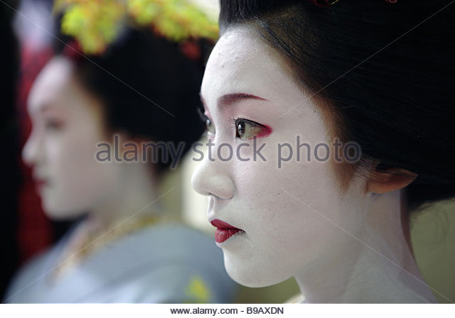 Two maiko - young geishas - of Kyoto 1r - Stock-Bilder