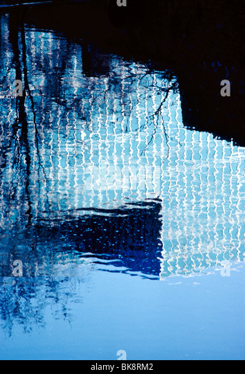 Abstract view of the Hercules Corporation office building reflected in a puddle against a blue sky in Wilmington - Stock Image