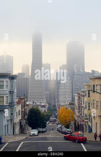USA, California, San Francisco, Transamerica Pyramid and houses along Montgomery Street - Stock Image