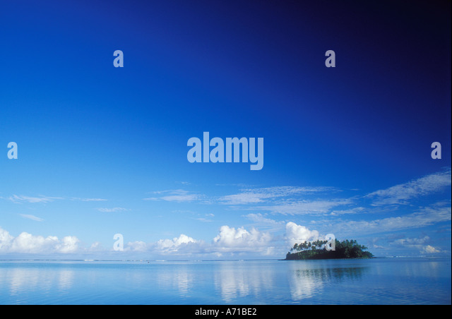 Small tropical island on the horizon in the Cook Islands South Pacific Ocean - Stock Image