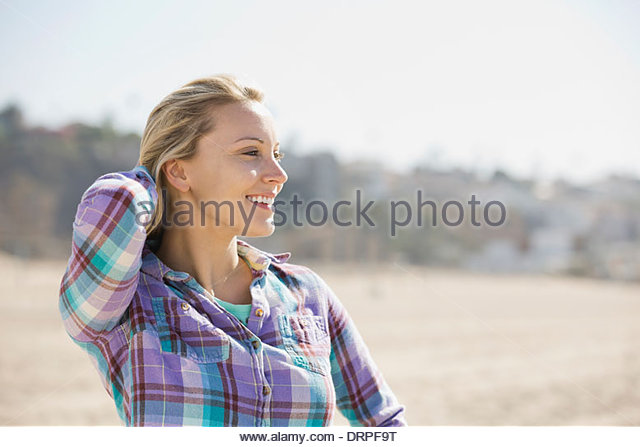Woman looking away on beach - Stock Image