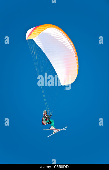 A female Paraglider pilot smiles as she fly's her wing. - Stock-Bilder