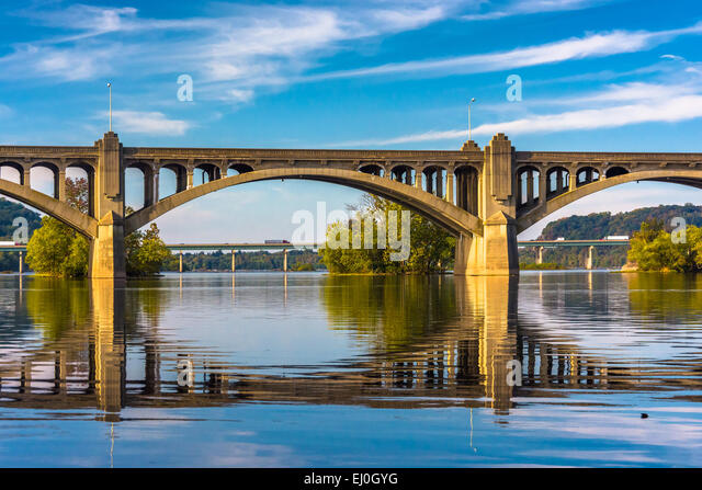 The Veterans Memorial Bridge reflecting in the Susquehanna River, in Wrightsville, Pennsylvania. - Stock Image