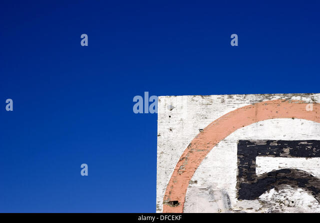 Speed limit sign for boats on breakwater along Yacht Road in the Marina of San Francisco, California, USA. - Stock Image