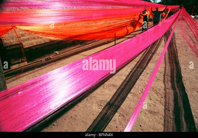 Preparing silk thread fabric garland ; jodhpur ; Rajasthan ; India - Stock-Bilder