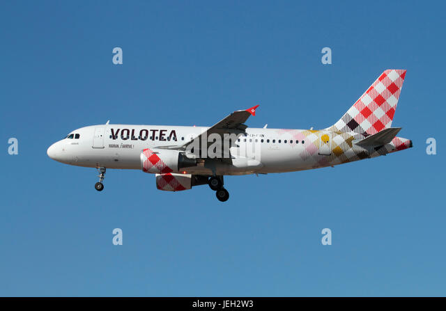 Commercial air travel. Airbus A319 airliner of the Spanish low cost airline Volotea on approach - Stock-Bilder