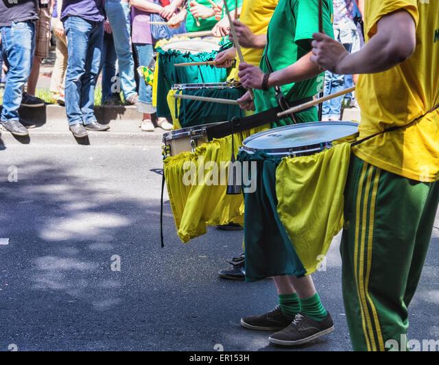 Kreuzberg, Berlin, Germany, 24th May 2015. Drummers make music in the parade as Berlin celebrates its cultural diversity - Stock-Bilder