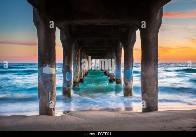 The Manhattan Beach Pier is a pier located in Manhattan Beach, California, on the coast of the Pacific Ocean. - Stock-Bilder