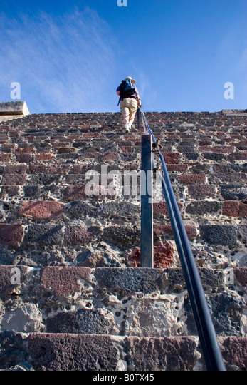 Tourists climbing the Pyramid of the Moon at Teotihuacan, the  third largest pyramid in Mexico's pre-Columbian - Stock-Bilder