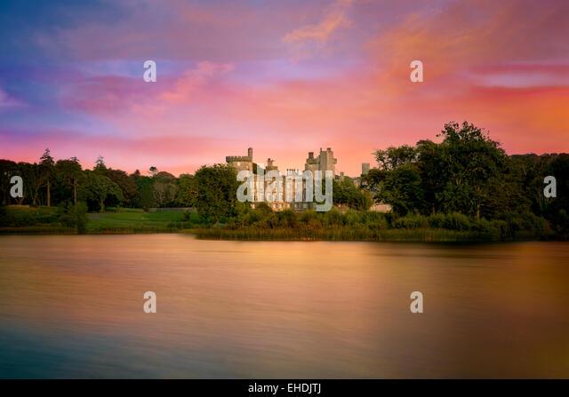 Pond and Dromoland Castle at sunrise.. Ireland - Stock-Bilder