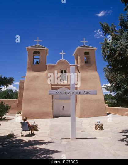 An artist sketches the San Francisco de Asis or St Francis of Assisi catholic church in Ranchos de Taos, New Mexico. - Stock Image
