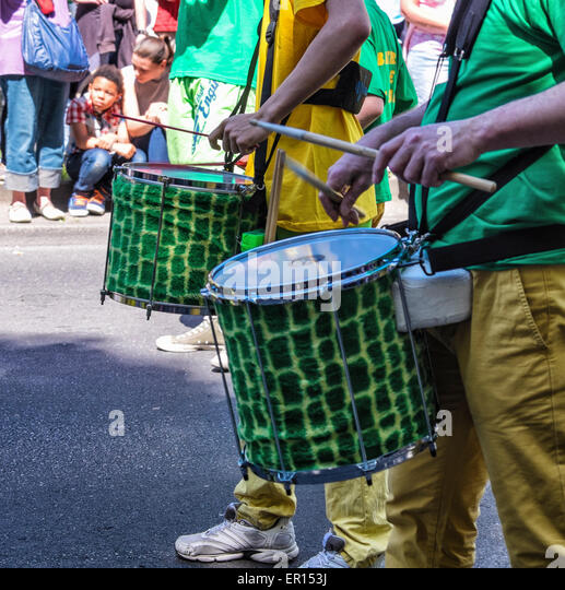 Kreuzberg, Berlin, Germany, 24th May 2015. Drummers in yellow and gold clothing entertain the crowd as Berlin celebrates - Stock-Bilder