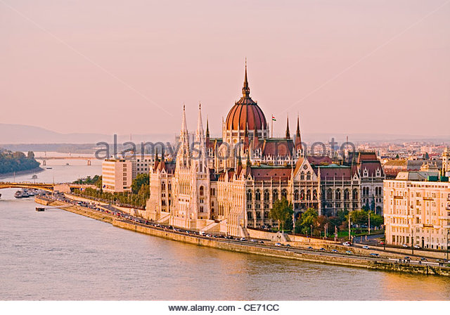 The Parliament Building (Orszaghaz) along the banks of the Danube River, Budapest, Hungary. - Stock-Bilder