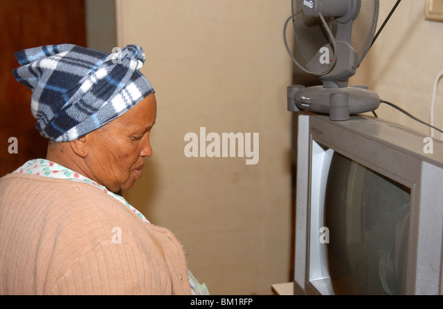 A lady at home in her shack in the Zolani township - Stock-Bilder