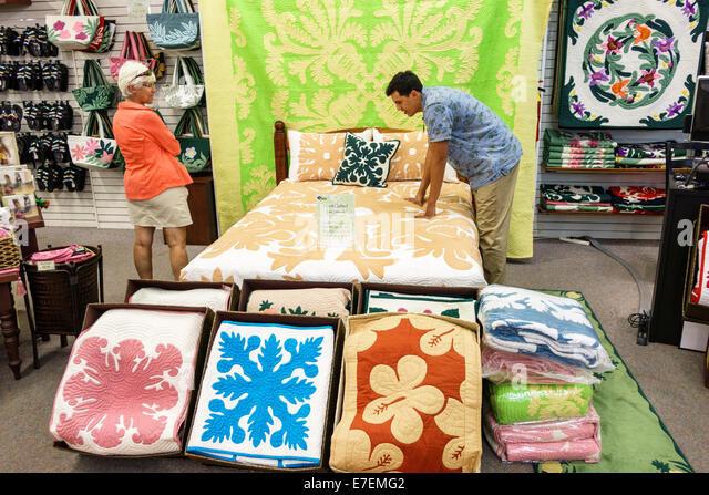 Hawaii Oahu Hawaiian Honolulu Hilo Hattie shopping retail display sale bed comforter bedspread - Stock Image