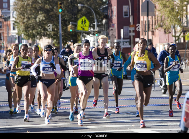2010: Female front runners at the 10K mark in the New York City Marathon on 4th Avenue in Brooklyn. - Stock Image