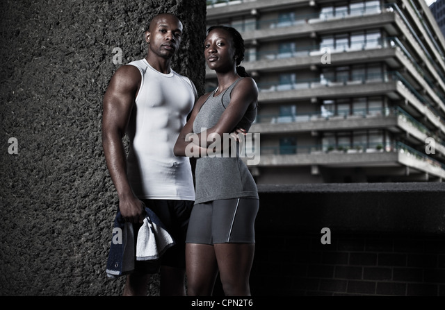 Man and woman in fitness clothing in urban environment - Stock-Bilder
