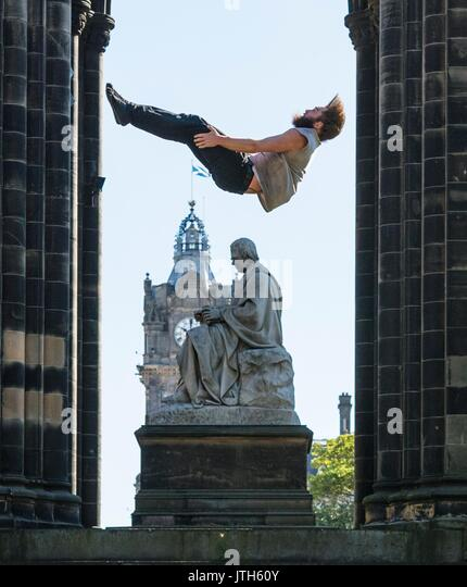 Edinburgh, UK. 09th Aug, 2017. Manu Tiger from Tiger Circus is propelled into the air above Edinburgh by Massimilliano - Stock Image