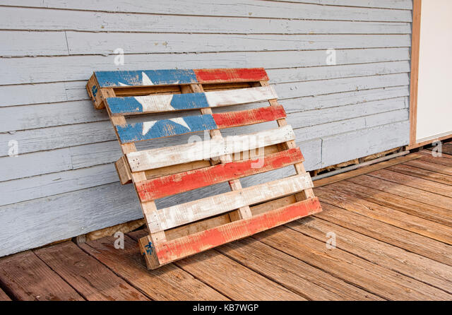Patriotic art in the form of a wooden pallet painted to represent the flag of the United States. - Stock Image