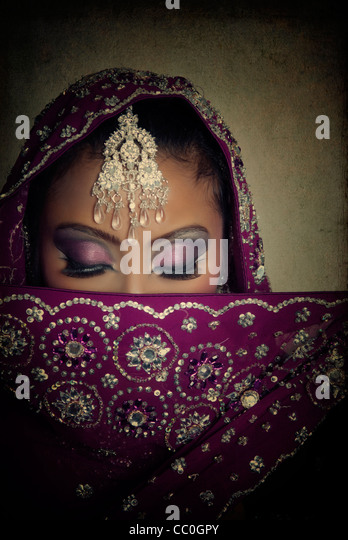 Shy Indian bride hiding her face - Stock Image