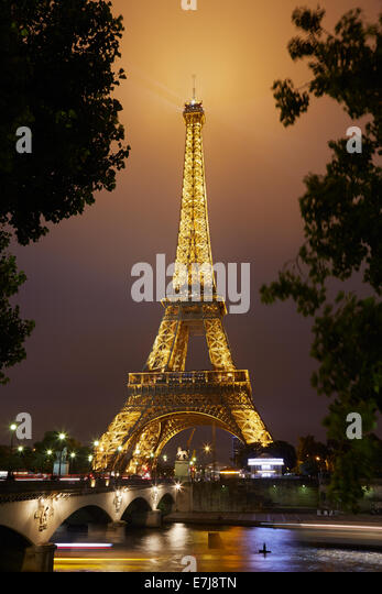 Eiffel tower in Paris at night - Stock-Bilder