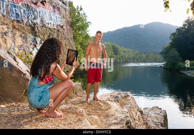 Young couple taking portrait on rock ledge, Hamburg, Pennsylvania, USA - Stock-Bilder