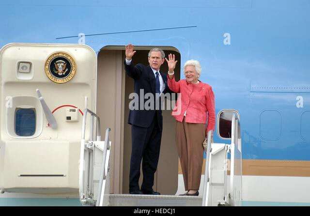 U.S. President George W. Bush and mother Barbara Bush wave goodbye to U.S. soldiers before boarding Air Force One - Stock Image