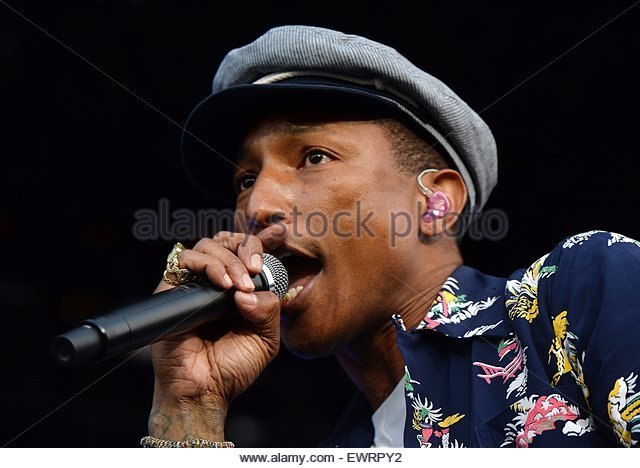 epa04821796 US singer-songwriter Pharrell Williams performs on The Pyramid Stage on the fourth day of Glastonbury - Stock Image