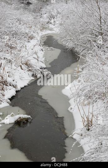 Brook, river, rivulet, stream, Naturnaher Flachlandbach, Bach, Fluß, Fluss, Winter, Schnee, Eis, snow, ice - Stock-Bilder