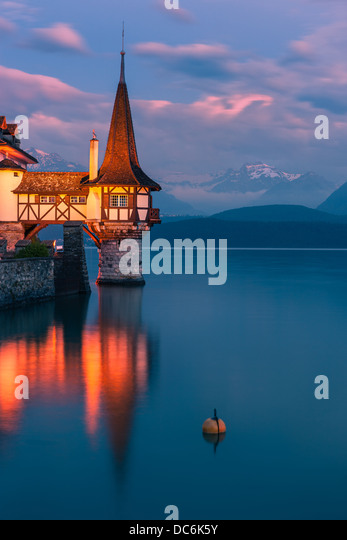 The castle at Oberhofen looking out over Lake Thun, Switzerland. - Stock-Bilder