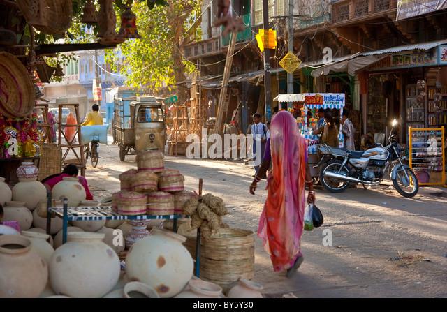 Woman walking through market, Jaisalmer, Rajasthan, India - Stock-Bilder