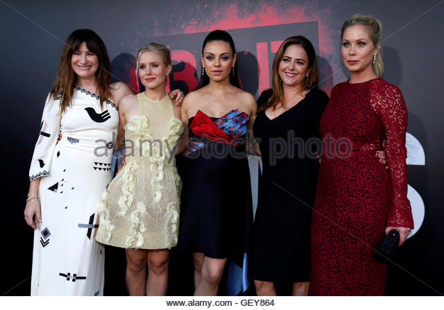 Cast members (L-R) Kathryn Hahn, Kristen Bell, Mila Kunis, Annie Mumolo and Christina Applegate pose at the premiere - Stock-Bilder