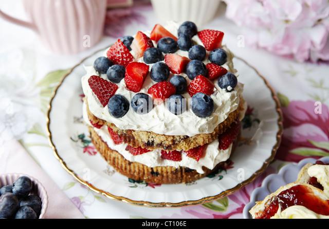Plate of fruit and cream cake - Stock-Bilder