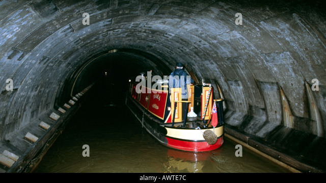 PICTURE CREDIT DOUG BLANE Simon Green navigating a narrowboat inside Blisworth tunnel on the Grand Union Canal Stoke - Stock Image