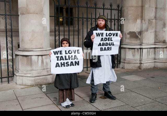 London, UK. 05/10/70. Man and child hold up placards as Anjem Choudary and his Islamist supporters protesting against - Stock Image