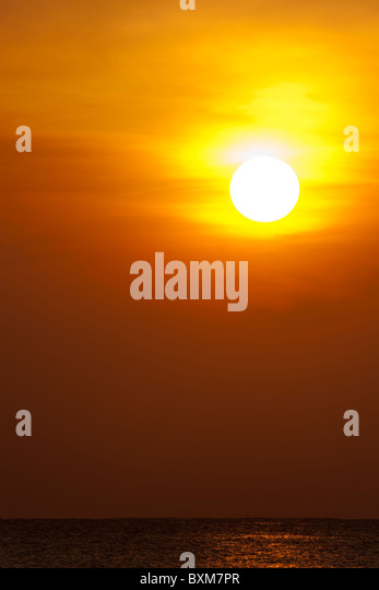 Golden Sunrise over the Indian Ocean at Nilaveli near Trincomalee on Sri Lanka's East Coast. - Stock-Bilder