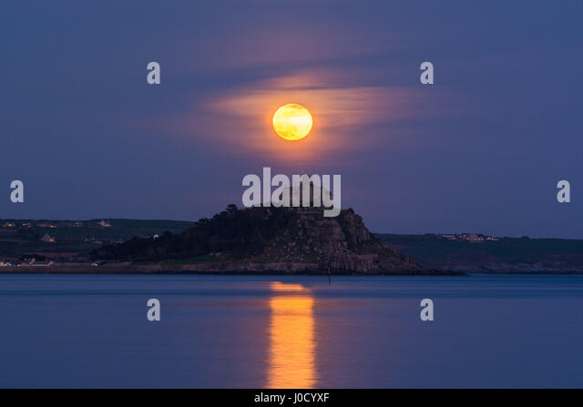 Penzance, Cornwall, UK. 11th April 2017. UK Weather.  The April full moon, or pink Moon, rises over St Michaels - Stock Image